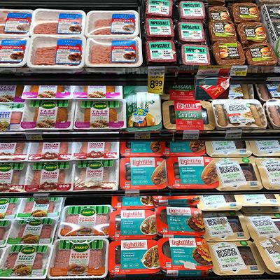 Vegan vs. Massentierhaltung - vegane Produkte im Supermarkt